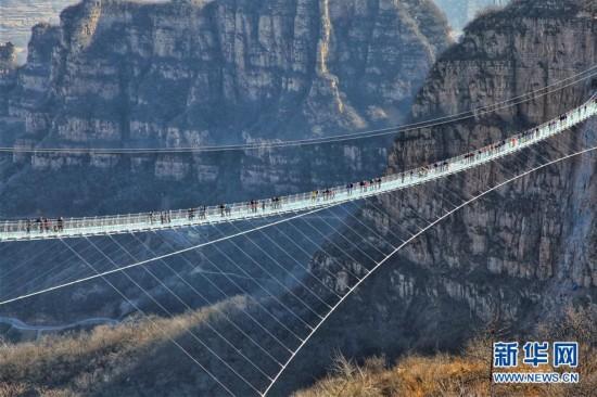 #(社会)(4)河北平山:全长488米悬跨式玻璃桥正式开放