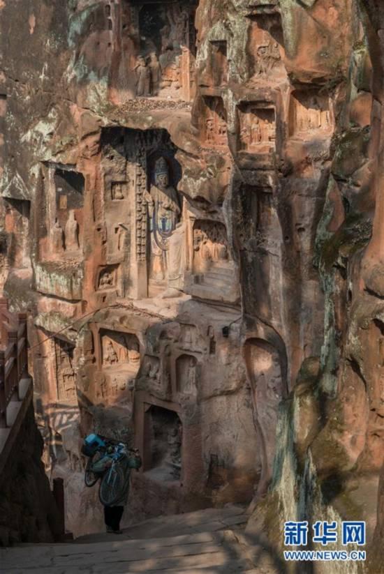 临江峭壁的石刻