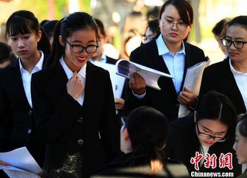 资料图:招聘会。<a target=&#039;_blank&#039; data-cke-saved-href=&#039;http://www.chinanews.com/&#039; href=&#039;http://www.chinanews.com/&#039;><p align=