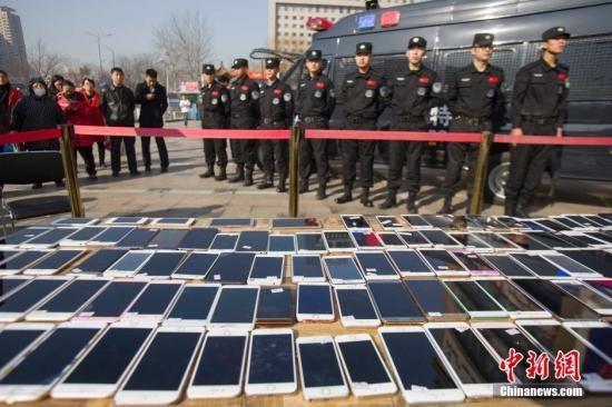 资料图:山西太原警方发还民众被盗手机。张云 摄
