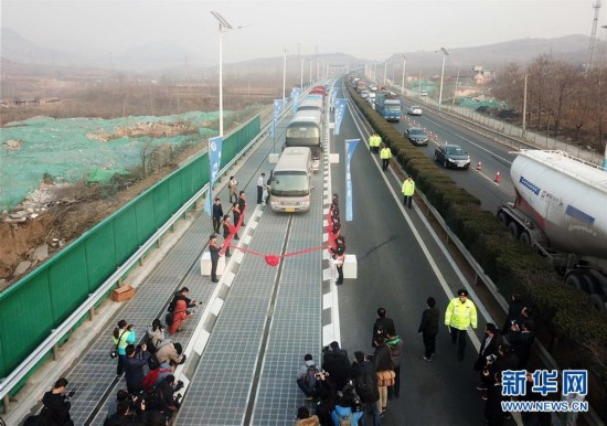 (图文互动)(1)我国首个承载式光伏高速公路试验段通车