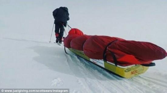 英27岁男子38天徒步到南极成最年轻南极探险者【长春武警】