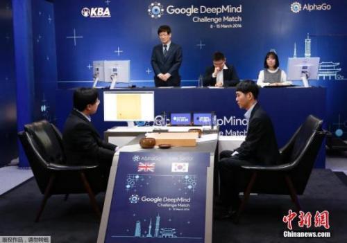 2016年3月9日,韩国围棋棋手李世石(右)VS谷歌AlphaGo的人机大战赛在韩国首尔举行。