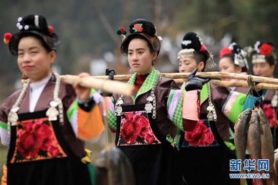 """#(社会)(1)贵州丹寨:""""姑妈""""回娘家过苗年"""