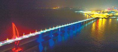 港珠澳大桥主体亮灯 如期具备通车条件
