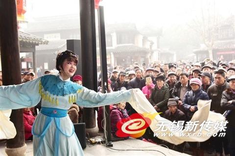 惠山古镇看锡剧演出 无锡市民游客喜迎元旦