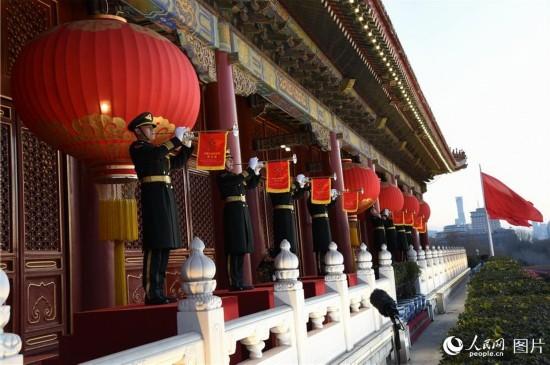 礼号手在北京天安门城楼吹响升旗号角。冯凯旋 摄影