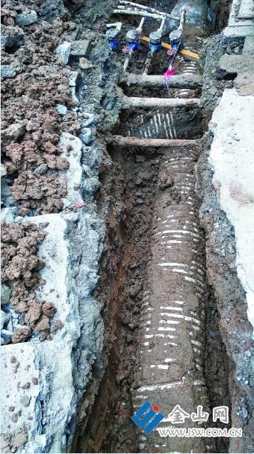 镇江一管道破裂污水漫溢 排水部门:正重新布管