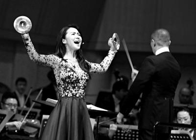 谭维维在新年音乐会上演唱《中国故事:高腔-哭腔-水腔-秦腔》