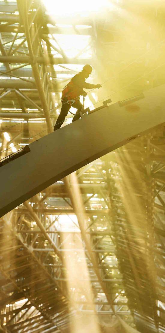 电焊工人在复杂的钢结构森林中穿梭自如 。