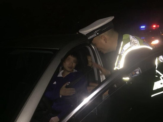 心脏病突发男子瘫在方向盘上 泉州高速民警紧急送医