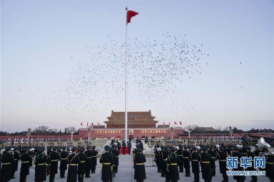 (社会)(6)人民解放军首次执行天安门广场升国旗任务