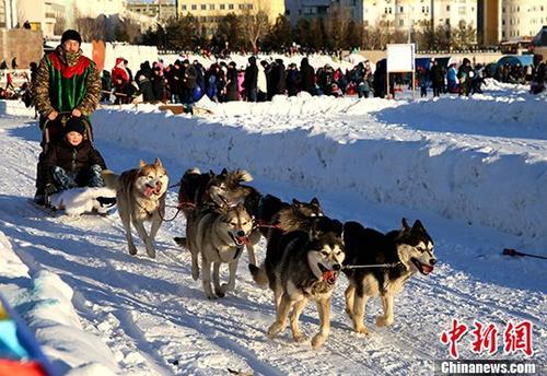 """哈萨克斯坦首都民众""""戏雪""""庆新年"""