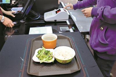 广东高校:应用智慧食堂 机器当上打菜师傅再也不怕手抖