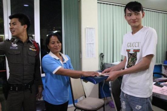 泰国的姐拾金不昧 获中国游客5000泰铢答谢