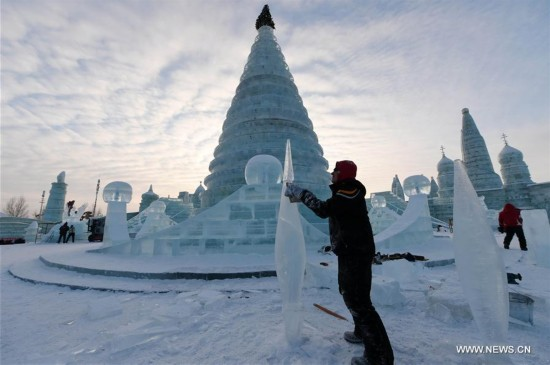 International ice sculpture competition kicks off in NE China