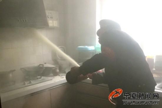 银川玉兰园一居民家中突然起火 物业及时赶到将火扑灭