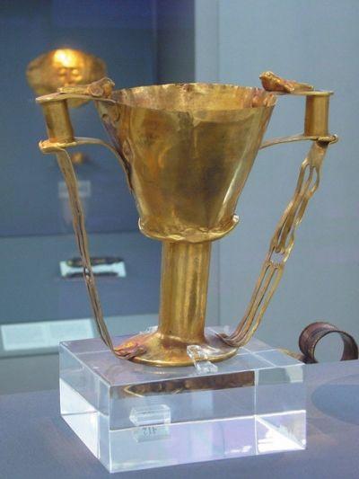 出土于迈锡尼的黄金酒杯,现藏于希腊雅典国家考古博物馆