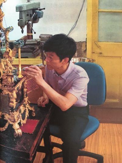 故宫钟表修复师王津因为纪录片《我在故宫修文物》而走红