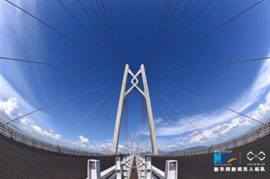 乘船出海览大桥 一桥飞架粤港澳 港澳台媒体关注港珠澳大桥带来旅游