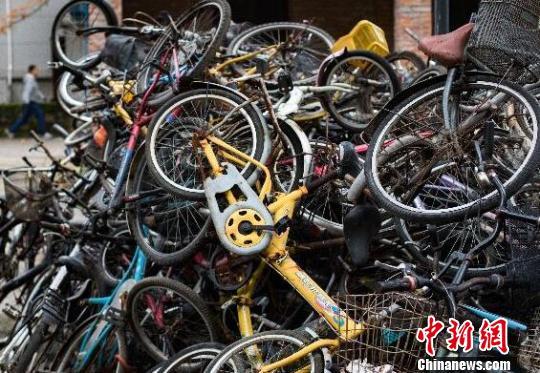 """南京一年清拖共享单车5万余辆:""""上牌车""""近40万辆"""