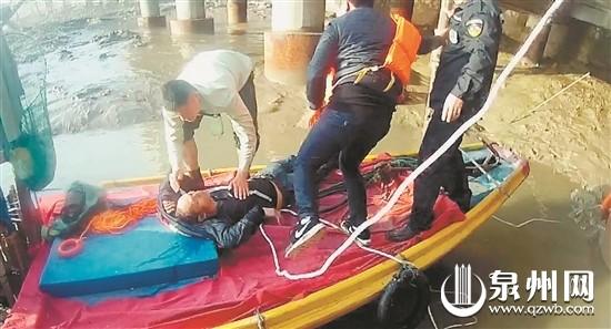民警和渔民将男子拉上渔船