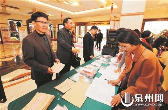 市人大代表陆续来到各代表团驻地报到 (陈晓东 摄)
