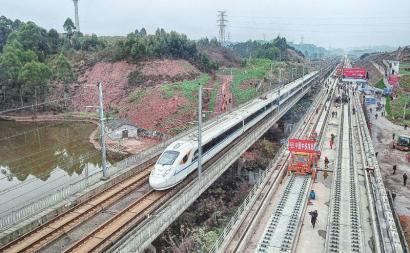 成贵高铁四川段率先铺轨 四川段最后一座隧道同日贯通