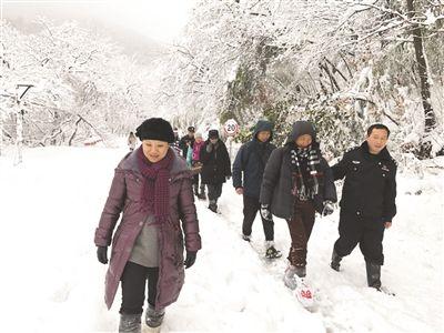 江苏句容民警铲雪开路 18名被困游客安全下山
