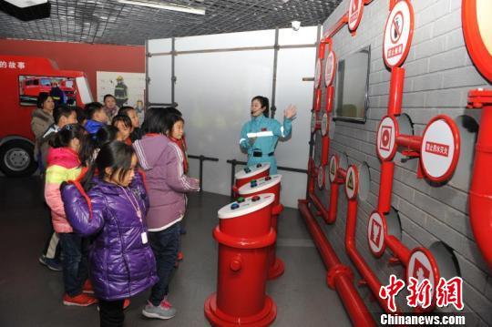 青岛启用家庭安全应急演练实训基地萌娃现场体验
