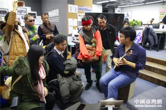 视感科技创业团队成员正在进行现场教学,展示智能尤克里里如何使用。(中国台湾网 郜利敏 摄)