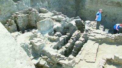 近现代的东西,怎么会出现在达勒特古城古城的墙里呢?