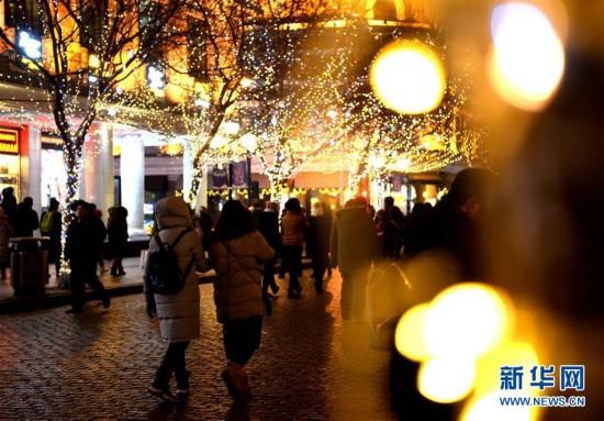 (社会)(4)哈尔滨:五彩冰雕扮靓中央大街