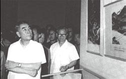 1973年6月9日,周恩来在延安革命纪念馆参观。