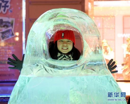 (社会)(3)哈尔滨:五彩冰雕扮靓中央大街