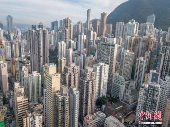 通过航拍机,从香港上环高处拍摄的高楼大厦如雨后春笋.
