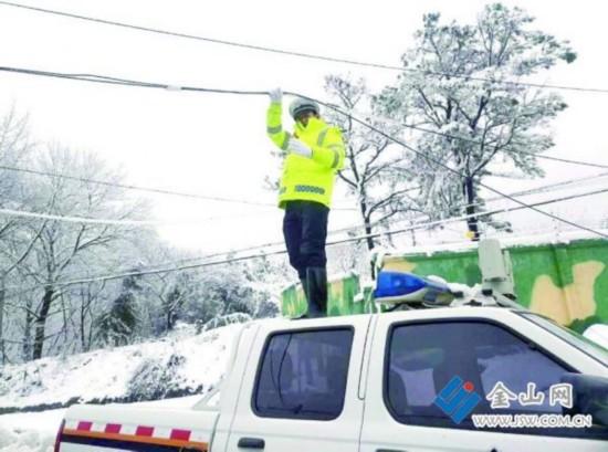 货车刮坏电缆 镇江辅警寒风中托举半小时