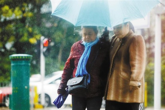 深圳:冷空气来袭 老棉袄上身
