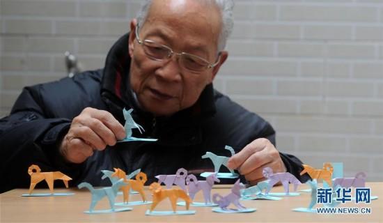 """苏州折纸艺人制作一组""""生肖狗""""折纸迎接新春"""