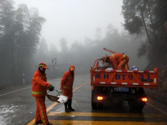 南平:浓雾中的撒盐人 防御路面结冰