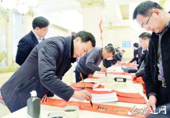 """宿迁""""两会""""暖心事:政协委员义务写春联"""
