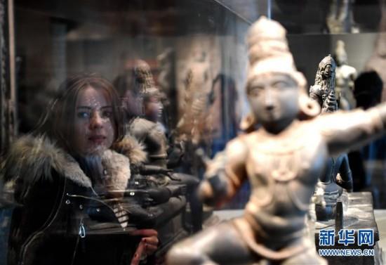 1月7日,参观者在美国旧金山亚洲艺术博物馆观看展品。