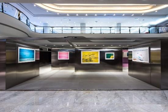 于是,在展览空间设计中,灰色水泥和金属板规划出一条既交错又清晰的观展线路。