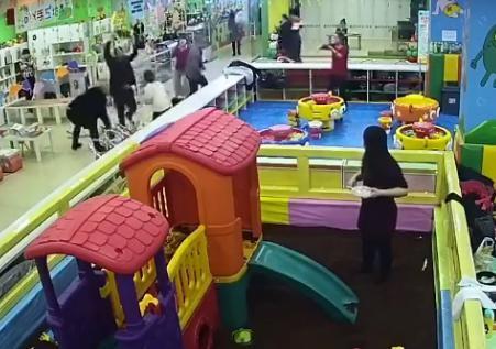 辽宁铁岭三男子淘气堡内暴打一对母子已被刑拘