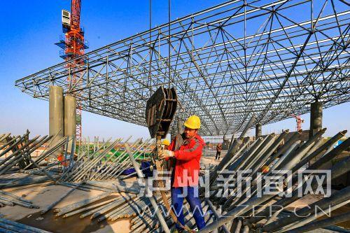 泸州云龙机场航站楼 A区和 C区屋顶网架施工正在有序进行 。