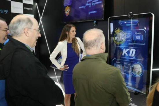 两名参展者在体验苏宁无人店内的颜值测试机