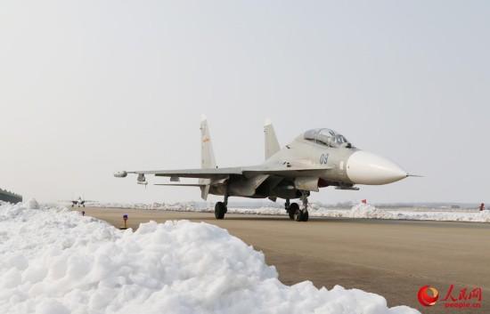 海军航空兵部队斗寒战雪保障战机训练【2】