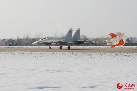 海军航空兵部队斗寒战雪保障战机训练【9】