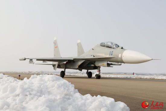 海军航空兵部队斗寒战雪保障战机训练【7】