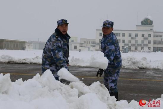 海军航空兵部队斗寒战雪保障战机训练【5】